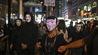 Des manifestants pro-démocratie défilent dans les rues de Hong Kong, ce jeudi 31 octobre, pour Halloween. (PHILIP FONG / AFP)