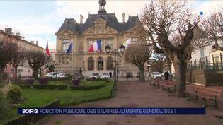 La mairie de Suresnes accorde des primes au mérite à ses employés. (FRANCE 3)