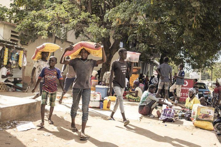 L'arrivée de milliers de réfugiés, souvent accueillis dans de la famille, fragilise l'économie de la ville de Pemba. Seule l'aide alimentaire encore très réduite permet d'éviter la famine. (JOHN WESSELS / AFP)