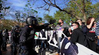 La police espagnole tente de faire reculer des manifestants antifascistes, à Madrid, le 7 avril 2021. (JUAN CARLOS LUCAS / NURPHOTO / AFP)