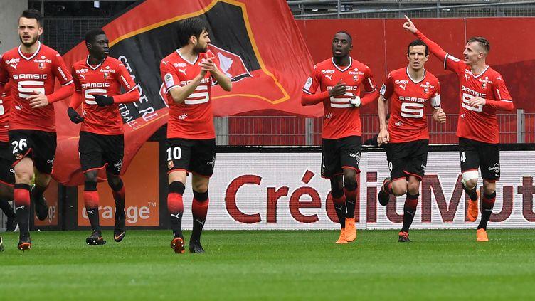 Les joueurs rennais célèbrent le but de Benjamin Bourgeaud. (FRED TANNEAU / AFP)