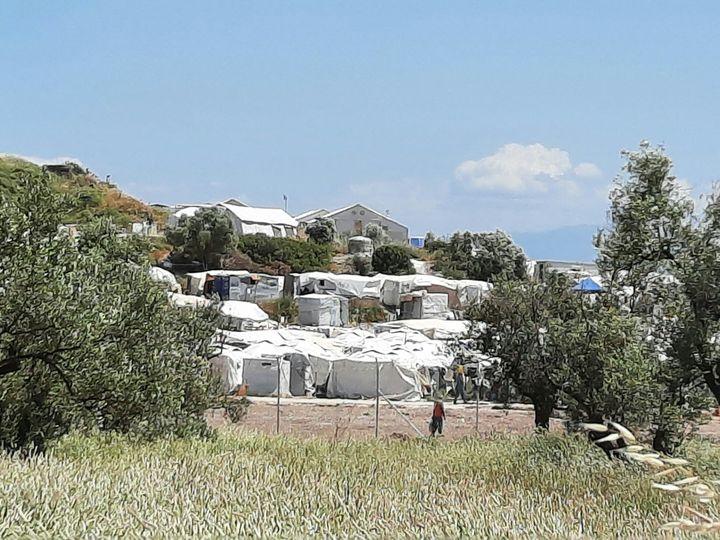 Les tentes blanches du camp de Kara Tepe, vues de l'extérieur. (BENJAMIN  ILLY / RADIO FRANCE)