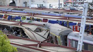 Le train Paris-Limoges après son déraillement àBrétigny-sur-Orge (Essonne), le 12 juillet 2013. (KENZO TRIBOUILLARD / AFP)