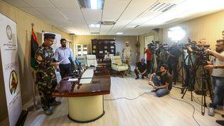 Le colonel Mohamad Gnounou (à G) et le maire de Gharyan, Youssef al-Bdiri (2e à G), porte-parole du gouvernement d'Accord national (GNA), donnent une conférence de presse le 29 juin 2019, après la reprise de la ville par les forces fidèles au gouvernement de Fayez al-Sarraj basé à Tripoli.  (MAHMUD TURKIA / AFP)