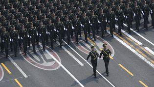 Des soldats défilent pour le 70e anniversaire de l'accession au pouvoir du parti communiste chinois, mardi 1er octobre 2019 à Pékin. (SHENHONG / XINHUA / AFP)