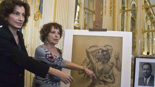 """Audrey Azoulay et Viviane Dreyfus devant le dessin de Degas """"Trois danseuses en buste""""  (Michel Euler/AP/SIPA)"""