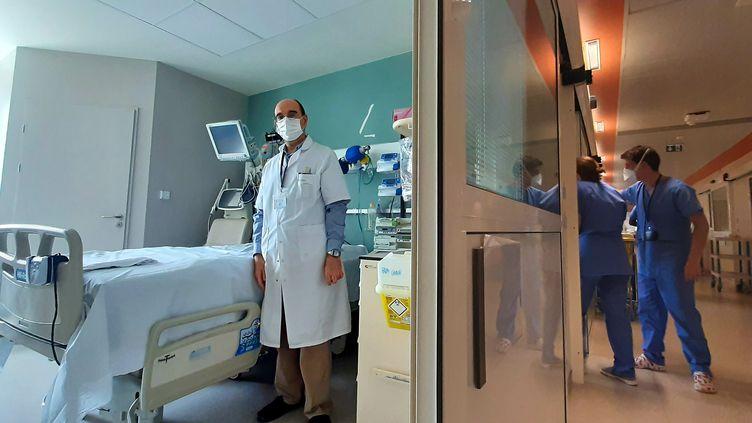 Le docteur MehranMonchi (g), chef du service réanimation au centre hospitalier de Melun. (VALENTIN DUNATE / RADIO FRANCE)