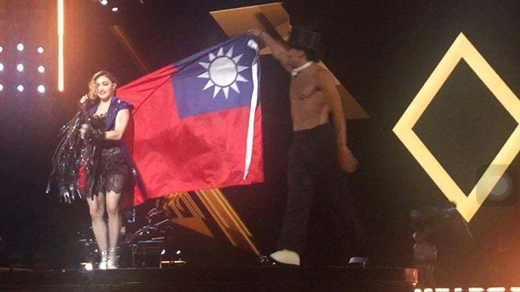 Madonna avec le drapeau de Taïwan, le 4 février 2016, à Taipei sur l'île de Taïwan. (STR / AFP)