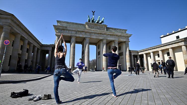 Les règles de confinement sont parfois moins restrictives ailleurs en Europe, comme ici à Berlin (Allemagne), le 5 avril 2020. (TOBIAS SCHWARZ / AFP)