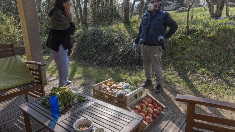 Avec l'épidémie de Covid-19 de nombreux Français se font livrer des fruits et légumes à domicile, sans intermédiaire comme ici dans le Puy-de-Dôme. (THIERRY ZOCCOLAN / AFP)
