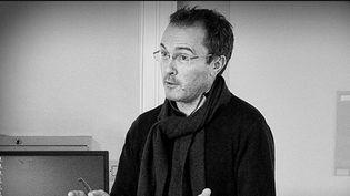 Le 16 octobre 2020, Samuel Paty était assassiné devant son établissement, situé à Conflans-Sainte-Honorine (Yvelines). Près d'un an plus tard, l'enquête sur la mort de l'enseignant, qui avait montré des caricatures du prophète Mahomet, avance. Retour sur une affaire qui a choqué la France (CAPTURE ECRAN FRANCE 2)