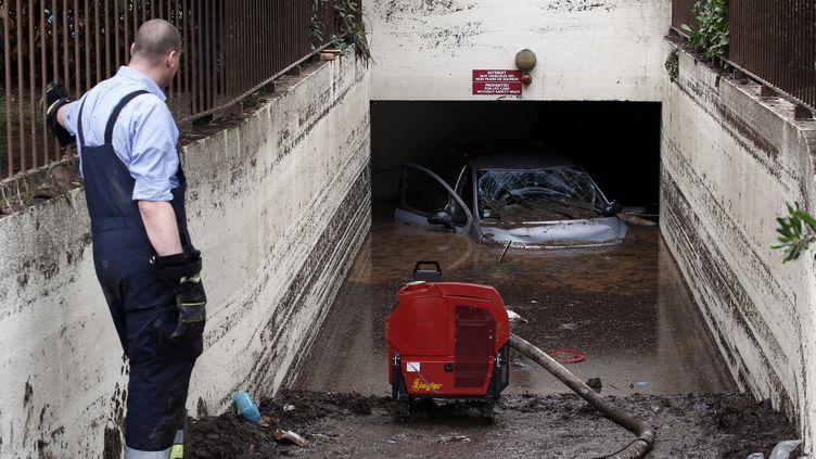 Un parking est inondé à Boit (Alpes-Maritimes) après les intempéries meutrières qui ont frappé le Sud-Est, le 5 octobre 2015. (SEBASTIEN NOGIER / EPA)