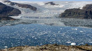 Le glacier Bruckner et la calotte glaciaire se déversant dans le fjord Johan Petersen, au Groenland, le 28 avril 2019. (PHILIPPE ROY / AFP)