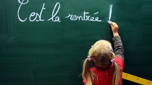 Une élève écrit sur le tableau d'une école de Béthune (Pas-de-Calais), le 28 août 2012. (DENIS CHARLET / AFP)