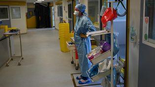 Un membre de l'équipe médicale de l'hôpital de La Timone, le 11 septembre 2020, à Marseille (Bouches-du-Rhône). (CHRISTOPHE SIMON / AFP)