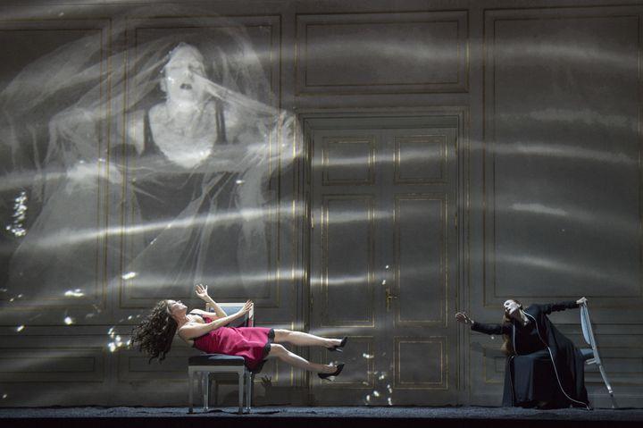 L'équilibre instable de Barbara Hannigan en Bérénice.  (Monika Rittershaus/Opéra national de Paris)