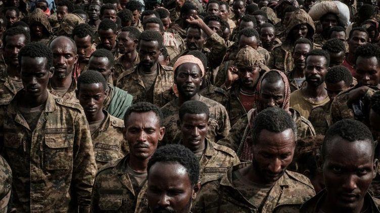 Soldats éthiopiens faits prisonniers par les rebelles tigréens, photographiés le 2juillet 2021. (YASUYOSHI CHIBA/AFP)