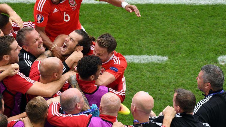 Gareth Bale, premier buteur pour les Gallois, exulte auprès de ses coéquipiers (MEHDI FEDOUACH / AFP)
