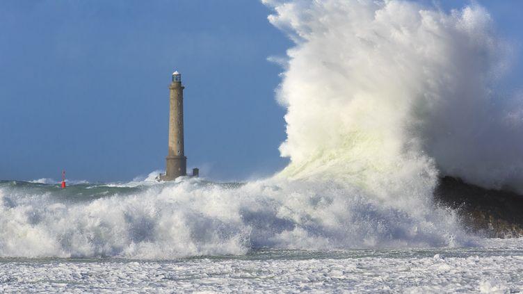 Une tempête frappe le phare au large du cap de La Hague(Manche), le 3 avril 2019. (JEROME HOUYVET / ONLY FRANCE / AFP)
