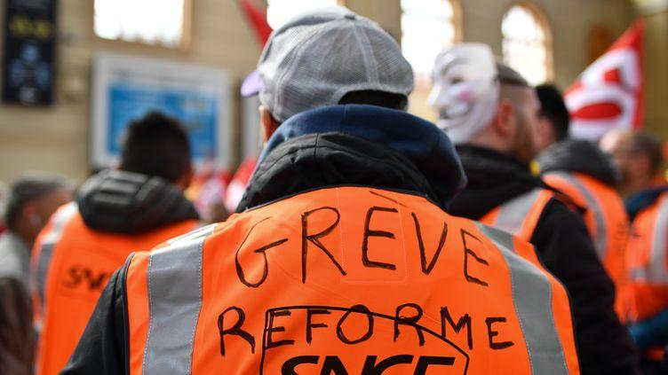 Des cheminots en grève le 4 avril 2018 à Marseille (Bouches-du-Rhône). (BERTRAND LANGLOIS / AFP)