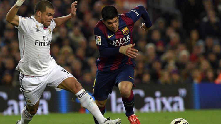 Pepe (Real Madrid) tente de stopper Luis Suarez (Barça) (LLUIS GENE / AFP)