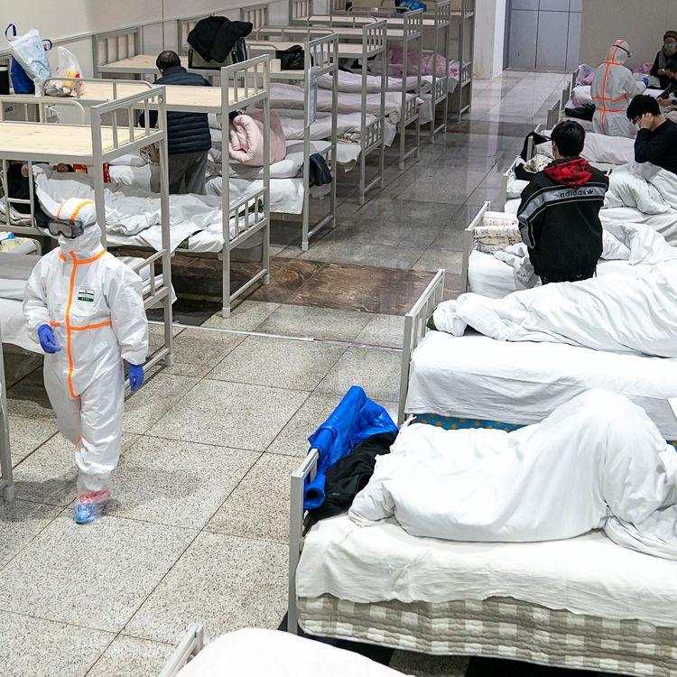 Des patients sont admis dans un centre de conférences converti en hôpital, le 5 février 2020 à Wuhan (Chine). (CHINA DAILY CDIC / REUTERS)