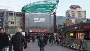 Une boutique sur dix est fermée dans les galeries marchandes. Un constat qui pousse les patrons des centres commerciaux à repenser leur concept. (France 2)