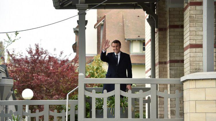 Emmanuel Macron, sur le perron de sa maison du Touquet, dans les Hauts-de-France, en avril 2017. (PHILIPPE HUGUEN / AFP)