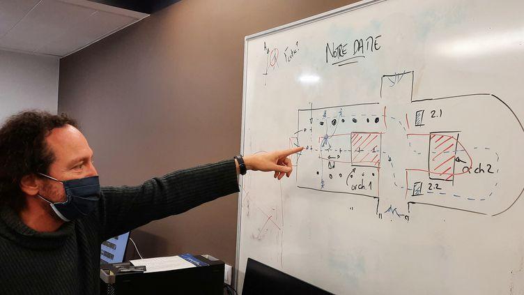Brian Katz, chercheur au CNRS, étudie l'acoustique de la cathédrale Notre-Dame de Paris dans son laboratoire sur le campus de Jussieu, en avril 2021. (BENJAMIN  ILLY / FRANCE-INFO)