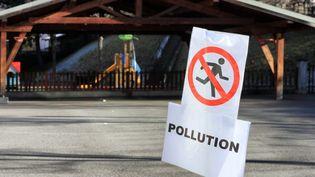 Un panneau pour prévenir de la pollution aux particules fines. (GR?GORY YETCHMENIZA / MAXPPP)
