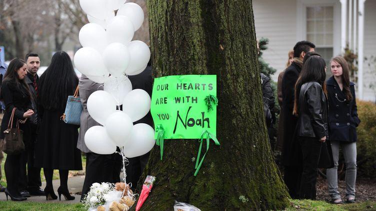 Un mort, des ballons et des fleurs pour Noah Pozner, petit garçon de six ans, mort lors de la fusillade à l'école Sandy Hook de Newtown,et enterré le17 décembre 2012. (DON EMMERT / AFP)