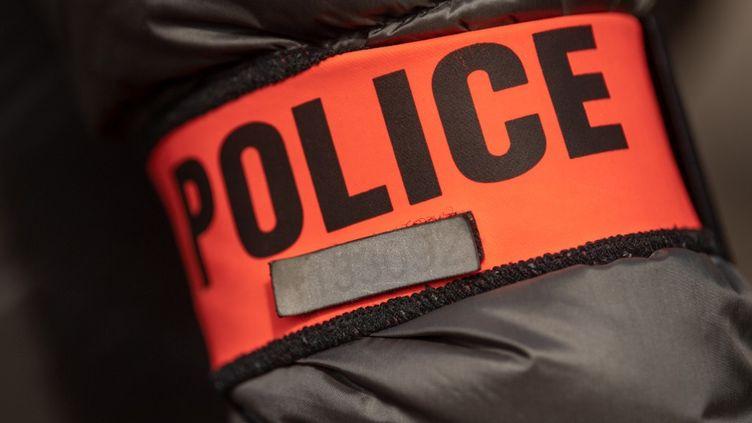 Image d'illustration d'un brassard de police, le 12 avril 2019 à Marseille. (CHRISTOPHE SIMON / AFP)
