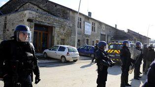La Maison de la résistance encadrée par les gendarmes, jeudi 22 février, à Bure, dans la Meuse. (JEAN-CHRISTOPHE VERHAEGEN / AFP)