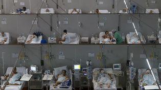Des patients malades du Covid-19 dans un hôpital à Sao Paulo au Brésil, le 26 mars 2021. (MIGUEL SCHINCARIOL / AFP)