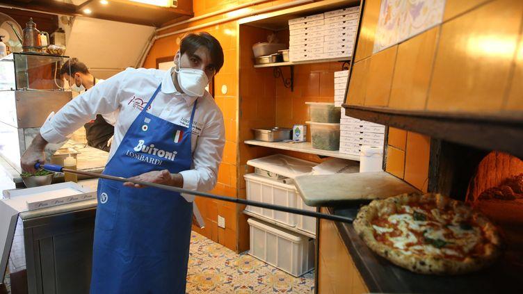 Un pizzaïolo napolitain prépare à nouveau des pizzas, après l'autorisation donnée dans la région de Naples (Italie) à le reprise des livraisons, le 27 avril 2020. (ROBERTA BASILE / IPA / MAXPPP)