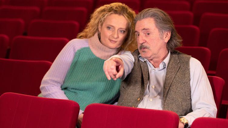 Daniel Auteuil et sa fille, Aurore, le 22 janvier 2019, au Théâtre de Paris. (GEOFFROY VAN DER HASSELT / AFP)