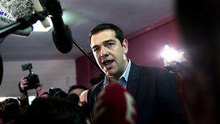Alexis Tsipras face à la presse après avoir voté à Athènes (Grèce), le 25 janvier 2015. (ANGELOS TZORTZINIS / AFP)
