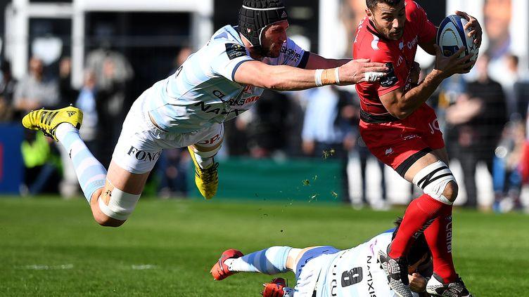Jonathan Pélissié (Toulon) tente d'échapper à un placage spectaculaire de Luke Charteris  (Racing) (FRANCK FIFE / AFP)