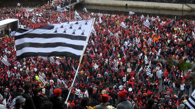 """Les """"bonnets rouges"""" manifestent, place de la Résistance à Quimper (Finistère), le 2 novembre 2013, contre l'écotaxe et pour l'emploi en Bretagne. (MAXPPP)"""