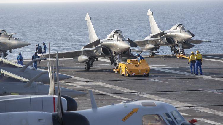 """Des avions Hawkeye et Rafale sur le porte-avions """"Charles-de-Gaulle"""", le 14 novembre 2018. (FREDERIC SPEICH / MAXPPP)"""