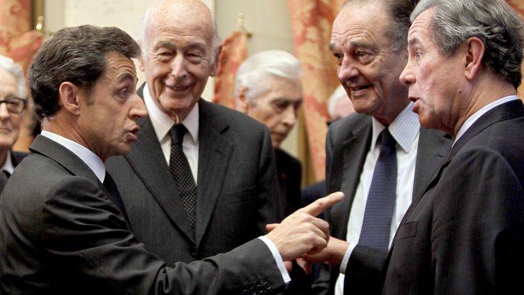 L'ex-président Nicolas Sarkozy (G), parle au président du Conseil constitutionnel, Jean-Louis Debré (D), devant les anciens présidentsValéry Giscard d'Estaing etJacques Chirac. (CHARLES PLATIAU / AFP)