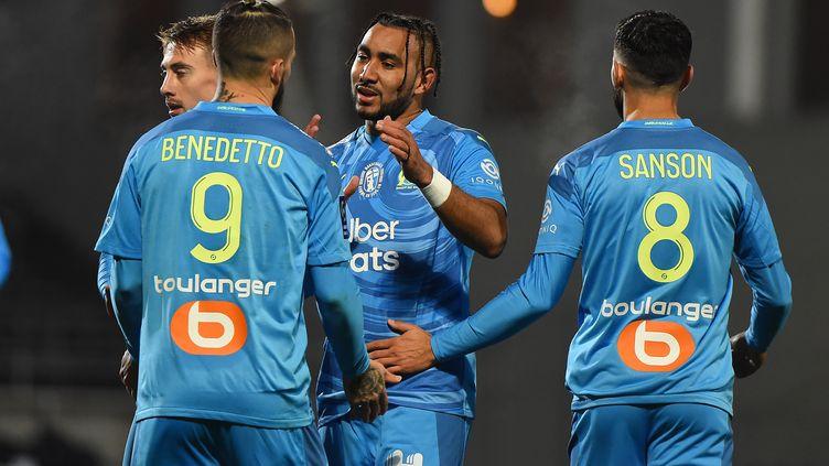 Dario Benedetto félicité par ses coéquipiers marseillais Rongier, Sanson et Payet (SYLVAIN THOMAS / AFP)