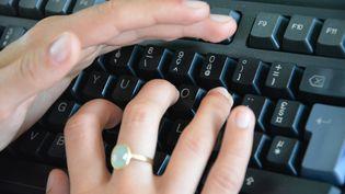 Une salariée tape sur son clavier d'ordinateur (JEAN-CHRISTOPHE BOURDILLAT / RADIO FRANCE)
