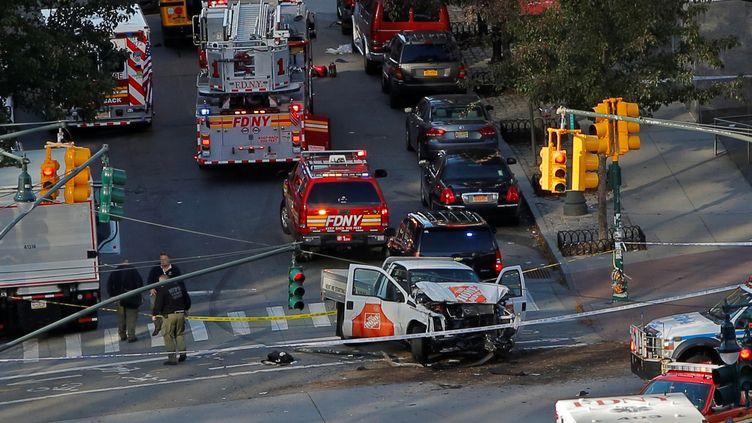 Le terroriste afoncé le longd'une vingtaine de pâtés de maison au volant de cette camionnette blanche de location. (ANDREW KELLY / REUTERS)