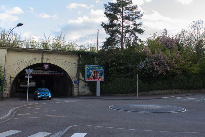 Le pont ferroviaire de la rue Venizélos à Montigny-lès-Metz (Moselle), le 19 avril 2017. (VIOLAINE JAUSSENT / FRANCEINFO)