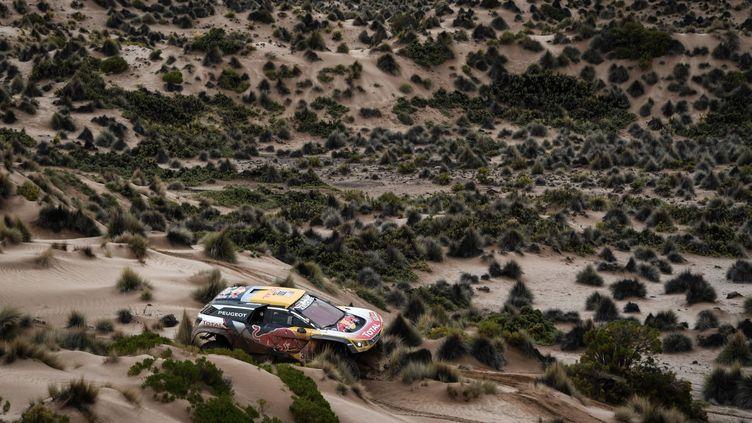 Stéphane Peterhansel (Peugeot) sur les routes de Bolivie (ERIC VARGIOLU / E.V.A.)