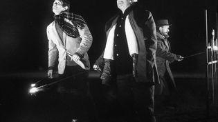 """Jean-Paul Belmondo et Jean Gabin lors du tournage """"Un Singe en Hiver"""" en 1962 d'Henri Verneuil à Villerville dans le Calvados (AP/SIPA)"""