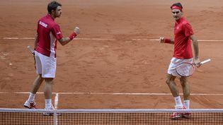 Les Suisses Stanislas Wawrinka, à gauche, et Roger Federer, à droite, ont remporté le double face à la France lors de la deuxième journée de la Coupe Davis à Villeneuve-d'Ascq (Nord), le 22 novembre 2014. (JULIEN CROSNIER / DPPI MEDIA / AFP)