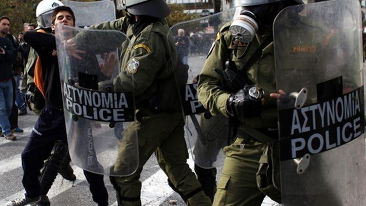 Heurts entre jeunes et policiers dans le centre d'Athènes, 6 décembre 2010. (AFP)