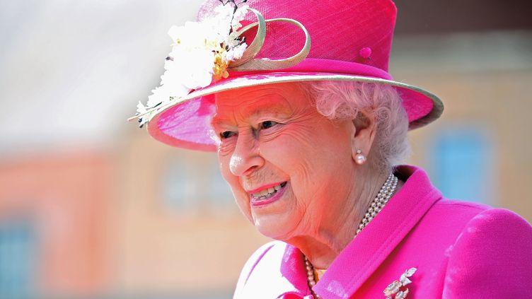 La reine Elizabeth II en visiteà Windsor, à l'ouest de Londres (Royaume-Uni), le 20 avril 2016. La Reine Elizabeth II vacélébrer ses 90 ans le 21 avril, avec une réunionfamilialeet un gâteau offertpar une starde la télévision de réalité. (CHRIS JACKSON / AFP)